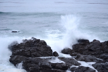 ocean rocks waves crashing
